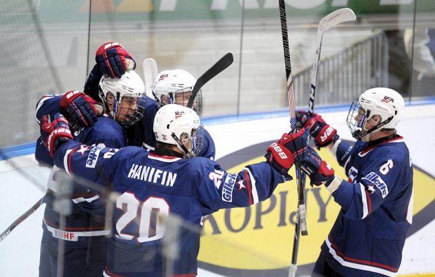 Mladí Američané se radují z vítězství nad českými hokejisty do 18 let.