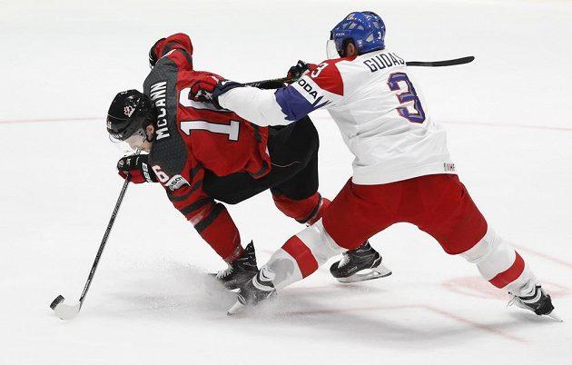 Jared McCann z Kanady je masírován obráncem Radko Gudasem.