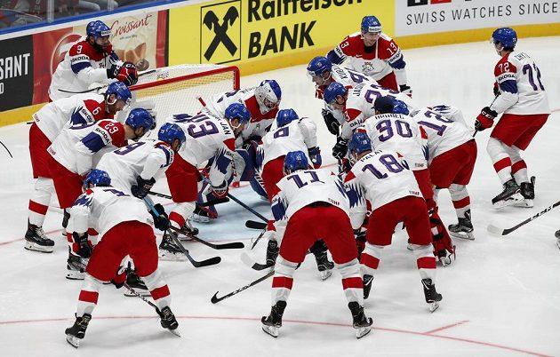 Česká reprezentace pár okamžiků před utkání se Švédy.