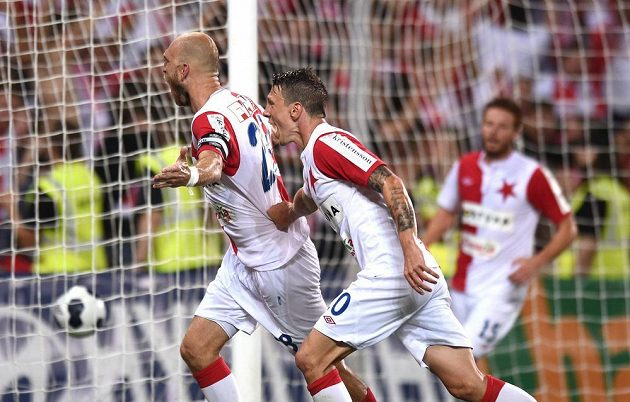 Slávistický stoper Martin Latka (vlevo) a Jiří Bílek se radují z gólu proti Baníku Ostrava.
