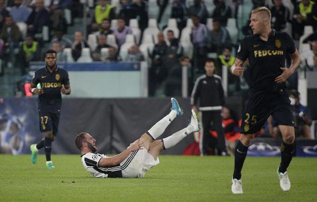 Kamil Glik (vpravo) odběhl, pošlapaný Gonzalo Higuaín se svíjí na trávníku...