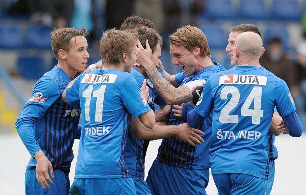Hráči Slovanu Liberec se radují z gólu protiBbrnu.