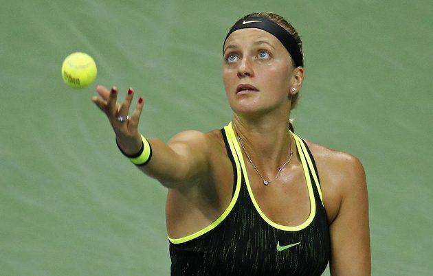 Petra Kvitová podává v zápase s Angelique Kerberovou z Německa.