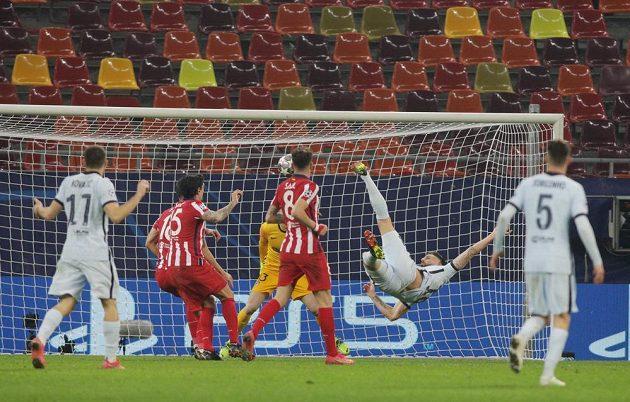 Hvězdný fotbalista Chelsea Olivier Giroud střílí gól do sítě Atlétika Madrid v Lize mistrů.