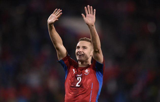 Pavel Kadeřábek gestikuluje směrem k fanouškům v Plzni v kvalifikačním duelu s islandem.