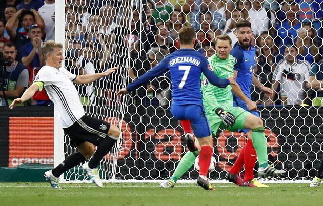 Francouz Antoine Griezmann střílí gól Německu.