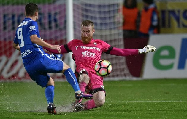 Brankář Jablonce Vlastimil Hrubý odkopává míč před libereckým Janem Navrátilem.