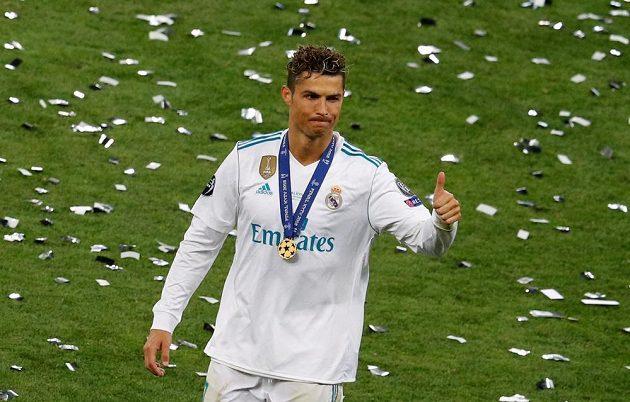 Legendární Cristiano Ronaldo slaví se spoluhráči z Realu Madrid triumf v Lize mistrů. Na tváři mu ale úsměv nezářil.