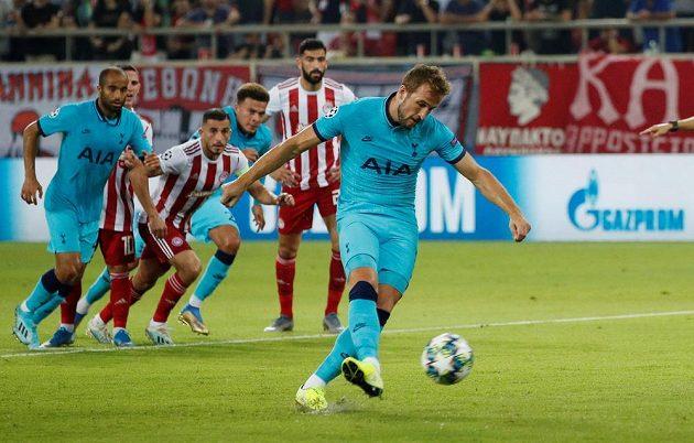 Harry Kane dává z penalty vedoucí gól Tottenhamu proti Olympiakosu.