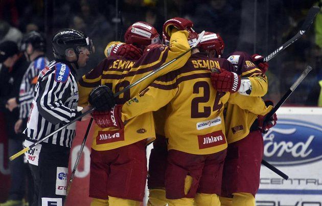 Radost jihlavských hráčů z prvního gólu v utkání 5. kola baráže o hokejovou extraligu s HC Energie Karlovy Vary.