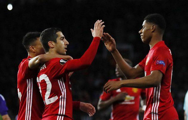 Henrik Mchitarjan (uprostřed) a Marcus Rashford oslavují úvodní gól na Old Trafford v odvetě proti Anderlechtu.