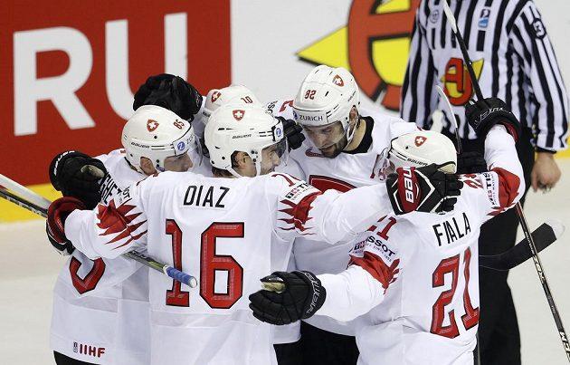 Veliká radost švýcarských hokejistů z úvodní branky proti Kanadě