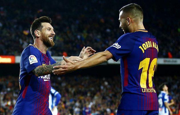 Lionel Messi (vlevo) přijímá gratulace po gólu od spoluhráče z Barcelony Jordiho Alby v utkání s Espaňolem.