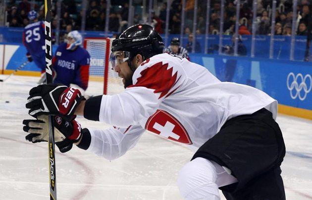 Švýcarský hokejista Thomas Rufenacht slaví poté, co překonal korejského gólmana.