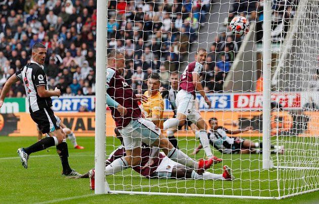 Tomáš Souček (vpravo) sice nakonec míč nezasáhl, ten ale nakonec přesto skončil v síti a West Ham tak vyrovnal na 1:1.