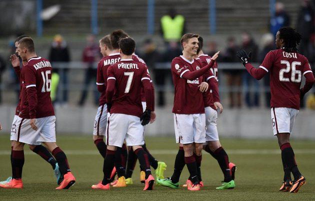 Fotbalisté Sparty Praha (Bořek Dočkal a Costa) oslavují třetí gól během odvetného utkání osmifinále Poháru FAČR proti Příbrami.