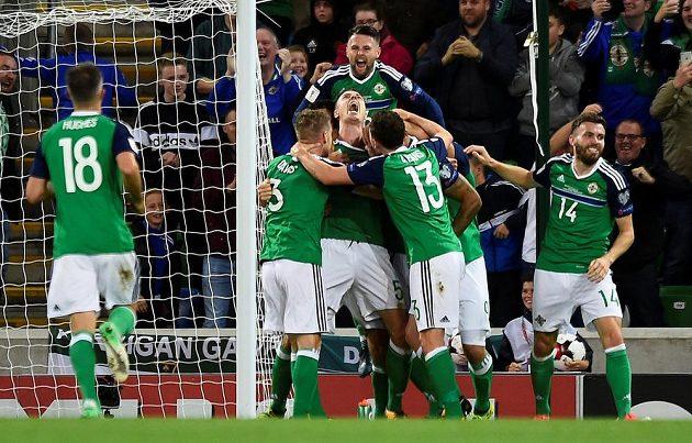 Euforie v podání fotbalistů Severního Irska po gólu v síti českého týmu v utkání fotbalové kvalifikace o postup na MS 2018.