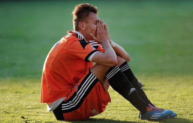 Zklamaný Tomáš Chorý z Olomouce smutní po sestupu do Národní fotbalové ligy.