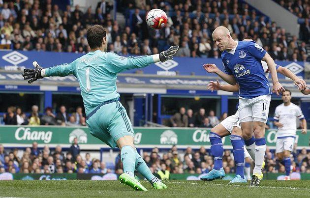 Steven Naismith z Evertonu střílí svůj první gól proti Chelsea.