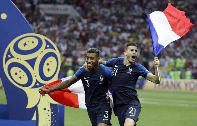 Presnel Kimpembe a Lucas Hernandez s francouzskými vlajkami.