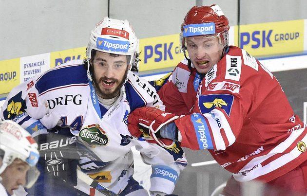 Útočník Brna David Ostřížek (vlevo) a obránce Třince David Nosek.