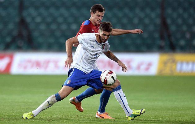 Český reprezentant do 21 let Jan Malík (vzadu) brání Francesca Forteho z Itálie.