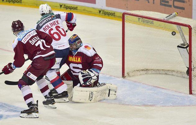 Brankář Sparty Ján Laco inkasuje gól. Přihlížejí Marek Ďaloga ze Sparty (vlevo) a Tomáš Rolinek z Pardubic.