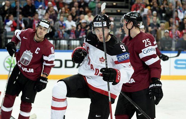 Kanadský útočník Matt Duchene oslavuje svůj gól během utkání MS proti Lotyšsku.