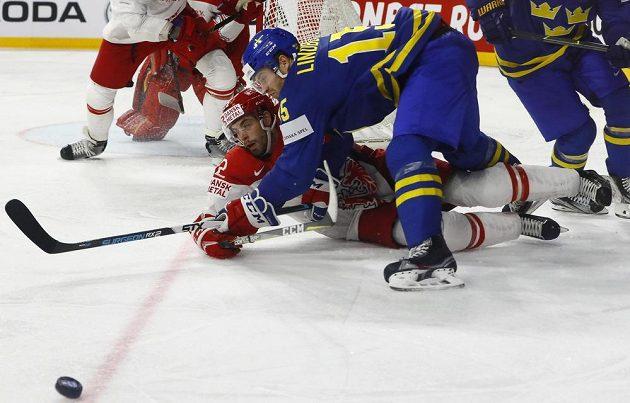 Kdo vyhraje tento souboj? Momentka z utkání Švédska s Dánskem.