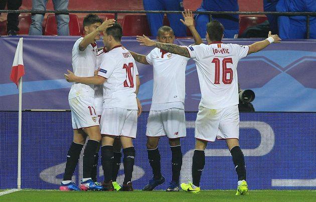 Fotbalisté Sevilly se radují z gólu proti Leicesteru.