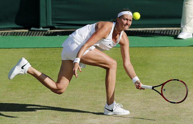 Česká tenistka Petra Kvitová dobíhá míček v zápase s Ruskou Jekatěrinou Makarovovou.