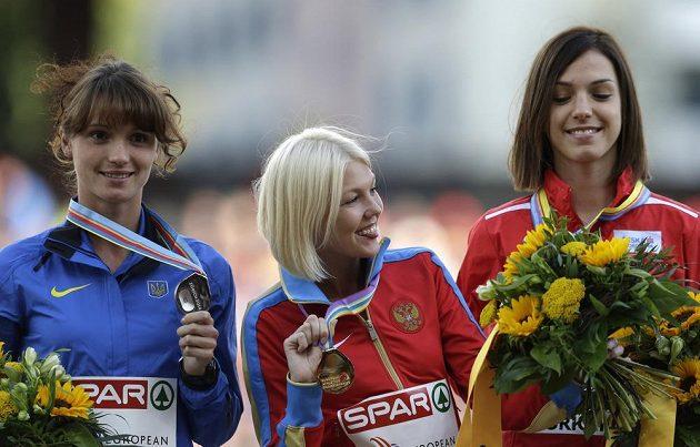 Anežka Drahotová na stupních vítězů. Vlevo stříbrná Ljudmila Oljanovská z Ukrajiny, uprostřed mistryně Evropy Elmira Alembekovová z Ruska.