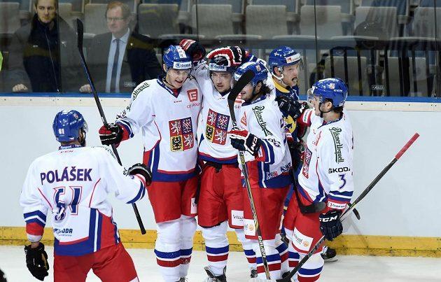 Český útočník Jan Kovář (uprostřed) oslavuje vedoucí se spoluhráči gól proti Švédsku.