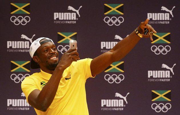 Jamajský sprinter Usain Bolt si během své tiskové konference natáčí rapujícího norského novináře.