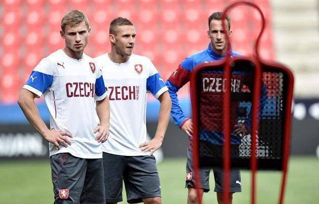 (Zleva) Jakub Brabec, Pavel Kadeřábek a Matěj Hybš během tréninku české fotbalové jedenadvacítky.