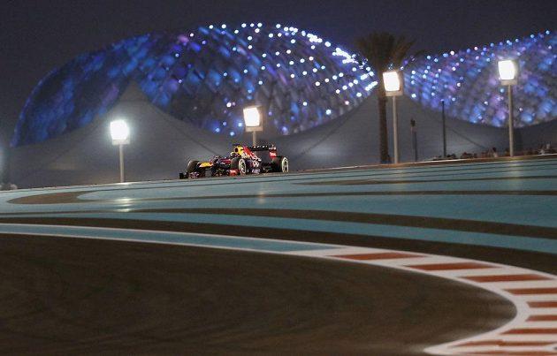Osamocený Sebastian Vettel s vozem Red Bull v čele Velké ceny Abú Zabí.