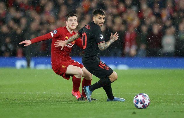 Angel Correa z Atlétika Madrid bojuje o míč s liverpoolským Andrew Robertsonem