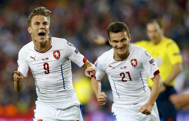 Sparťanská radost v reprezentačním dresu - Bořek Dočkal (vlevo) a David Lafata slaví vedoucí gól českého týmu v tureckém Istanbulu.