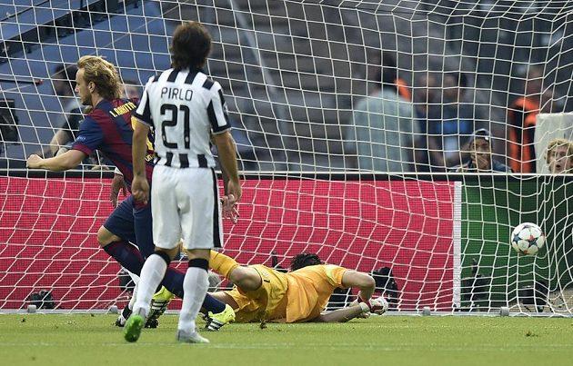 Barcelonský záložník Ivan Rakitič (vlevo) překonává brankáře Juventusu Ginaluigiho Bufona ve finále Ligy mistrů. Zády je záložník Stáré dámy Andrea Pirlo.