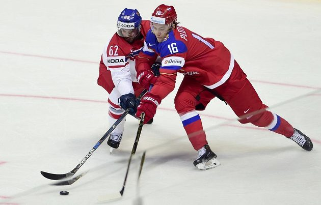 Zleva Michal Řepík z ČR a Segej Plotnikov z Ruska bojují o puk.