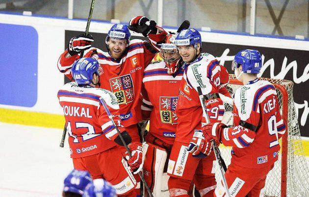 Čeští hokejisté slaví výhru nad Švédskem.