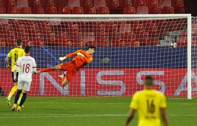 Mahmoud Dahoud z Dortmundu střílí gól proti Seville v osmifinále Ligy mistrů.