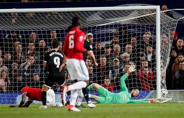 Brankář Manchesteru United De Gea inkasuje druhý gól z kopačky útočníka Sevilly Ben Yeddera.