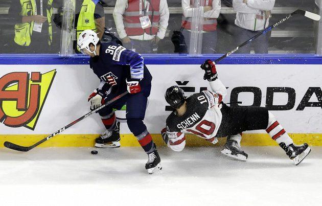 Američan Colin White a Kanaďan Brayden Schenn v boji o bronz na MS v Dánsku.