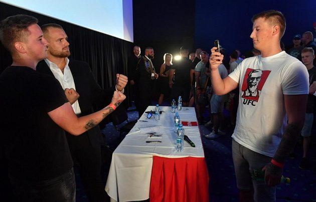 Patrik Kincl a Karlos Vémola při výměně názorů před svým zápasem. Po debatě se s oběma bijci fotili fanoušci.