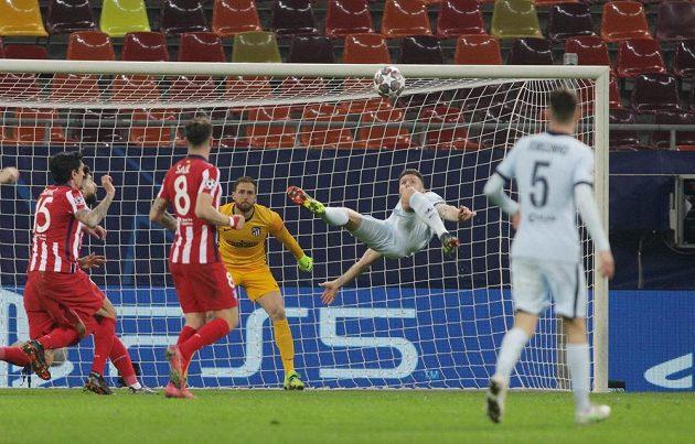 Fotbalista Chelsea Olivier Giroud střílí gól do sítě Atlétika Madrid v Lize mistrů.