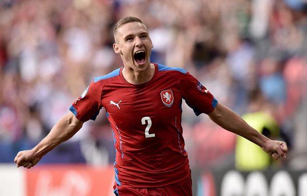 Český obránce Pavel Kadeřábek oslavuje gól proti Dánsku.