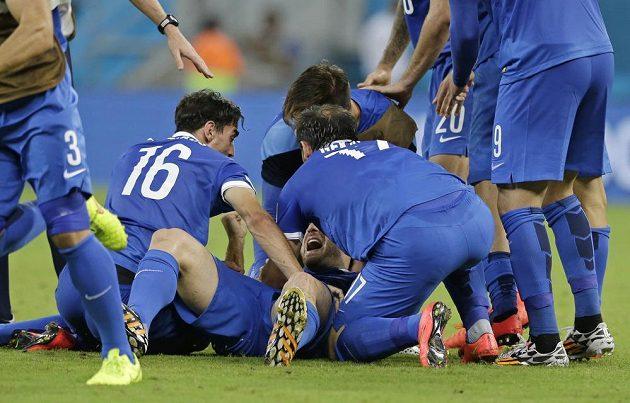 Řecký obránce Sokratis Papastathopoulos (uprostřed) v obětí svých spoluhráčů po vyrovnávacím gólu v duelu s Kostarikou.