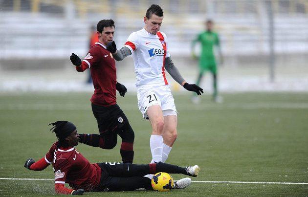 Hráči Sparty Costa (na zemi) a Kamil Vacek se snaží odebrat míč Tomáši Malecovi z Trenčína.