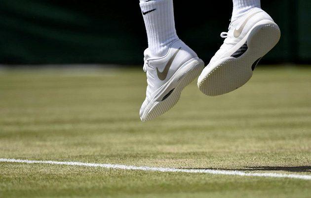Roger Federer letos hraje už s bílými podrážkami.